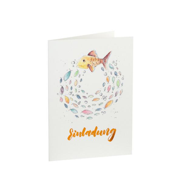 Einladungskarte mit buntem Fischschwarm und goldener Heißfolienprägung